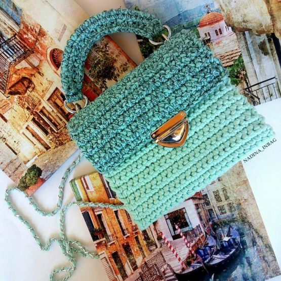 Вязаная сумочка крючком голубая вид 3